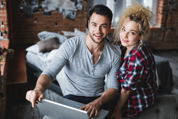 Para korzysta z laptopa w zaciszu domowym.