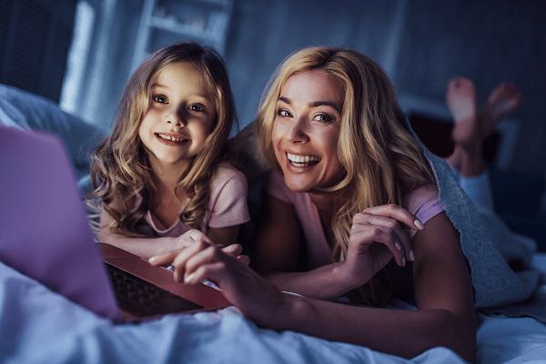 Matka i córka wspólnie spędzają czas przed komputerem.